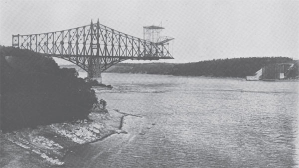 Photograph of unfinished Quebec Bridge.